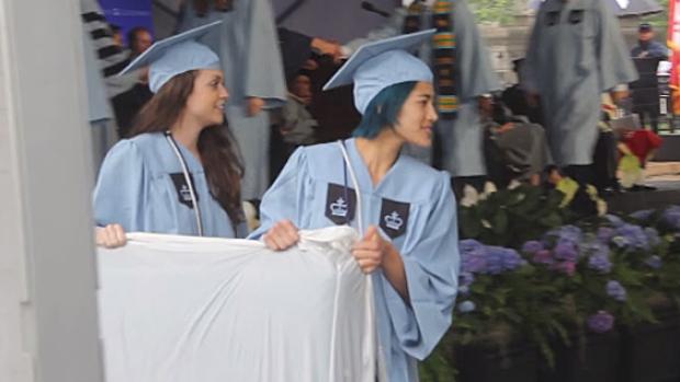 Emma con il materasso dove è avvenuto lo stupro il giorno della laurea